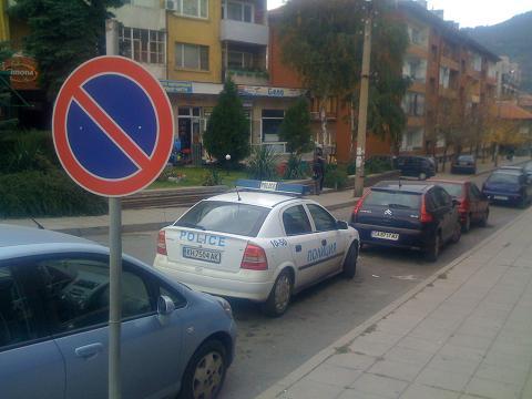 Паркирана полицейска кола в Дупница